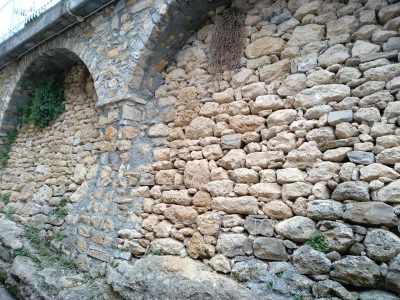 muro di pietre di tufo