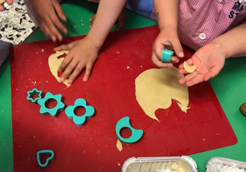 i bambini fanno i biscotti